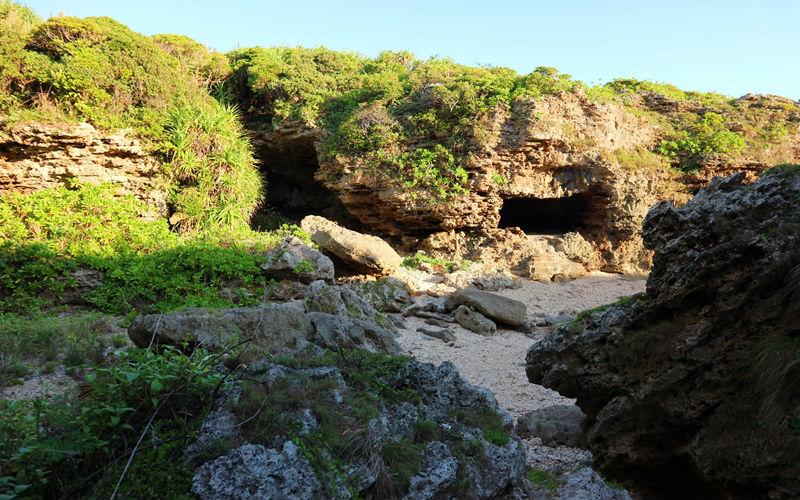 トンネルのような岩